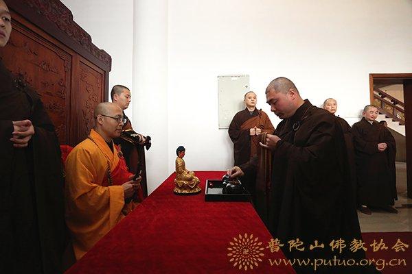 宝陀讲寺讲经迎请引礼班遵循佛教丛林开大座传统迎请智宗法师(图:张强)