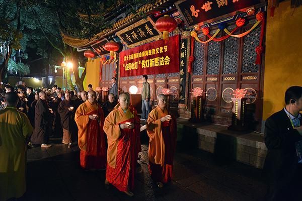 """第十五届普陀山南海观音文化节""""点亮心灯""""传灯祈愿法会在普济禅寺隆重举行"""
