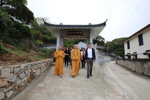 会长道慈大和尚一行赴佛教颐养堂和本山敬老院进行重阳节慰问