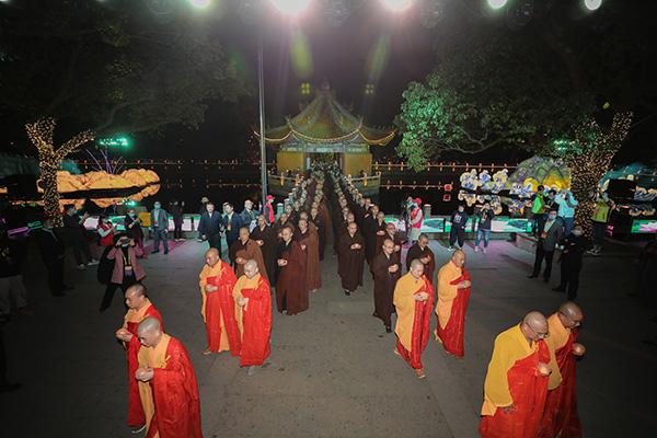 """第十八届普陀山南海观音文化节""""点亮心灯""""传灯祈愿法会在普济禅寺举行"""