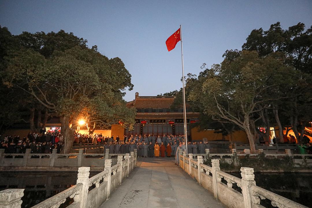 2021年元旦普陀山佛教协会举行升国旗仪式