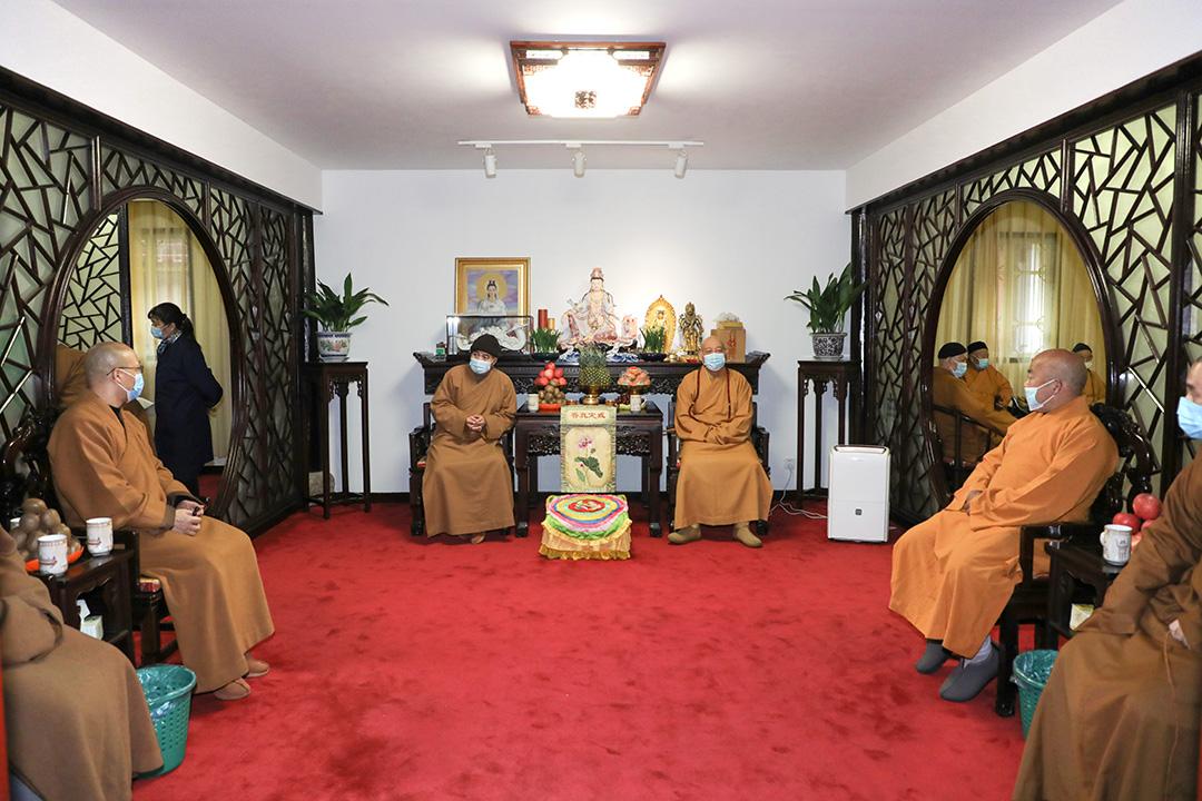 会长道慈大和尚一行赴佛教颐养堂和本山敬老院进行新春走访