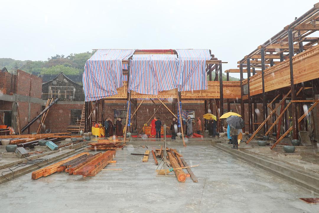 普陀山佛教协会举行清一房大殿重建上梁法会