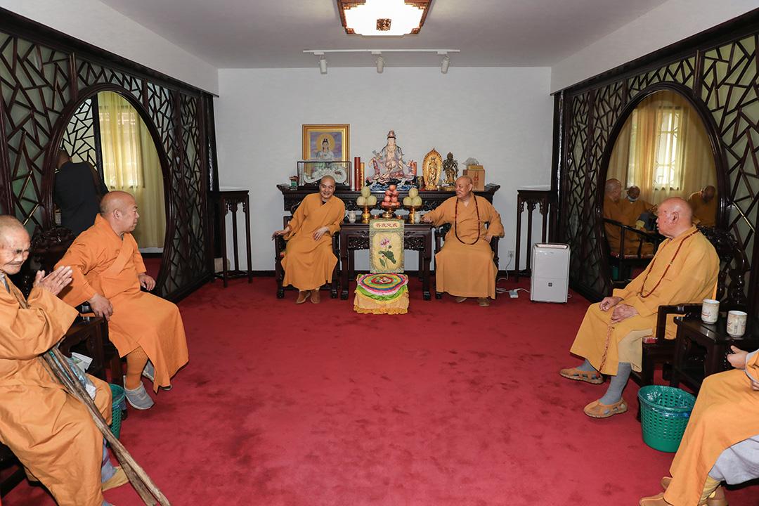 会长道慈大和尚一行赴佛教颐养堂、普陀山敬老院进行端午节慰问