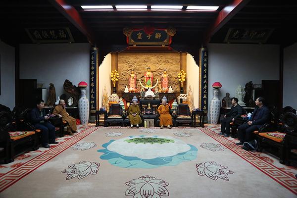中佛协副会长、哈尔滨极乐寺方丈静波大和尚一行参访普陀山