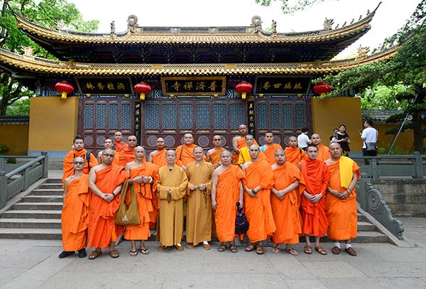 云南省南传佛教代表团苏伟英达般若一行参访普陀山