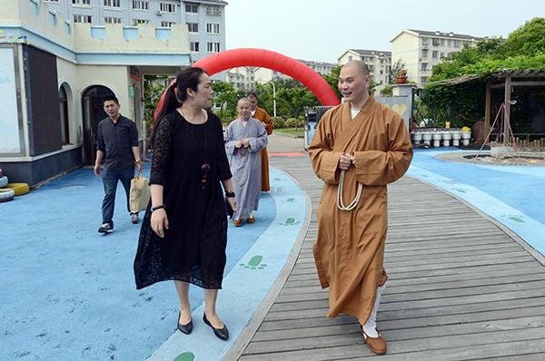 副会长定明法师代表普陀山佛教协会到普济幼儿园慰问