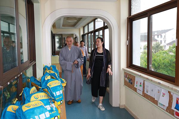 普陀山佛教协会副会长定明法师一行到普济幼儿园慰问