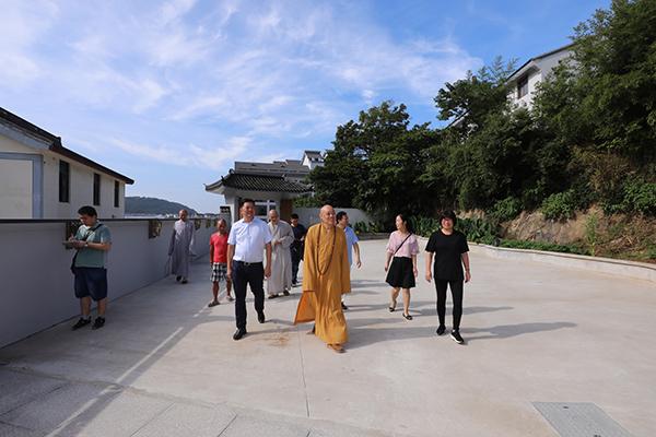 会长道慈大和尚一行赴佛教颐养堂和本山敬老院进行中秋节慰问